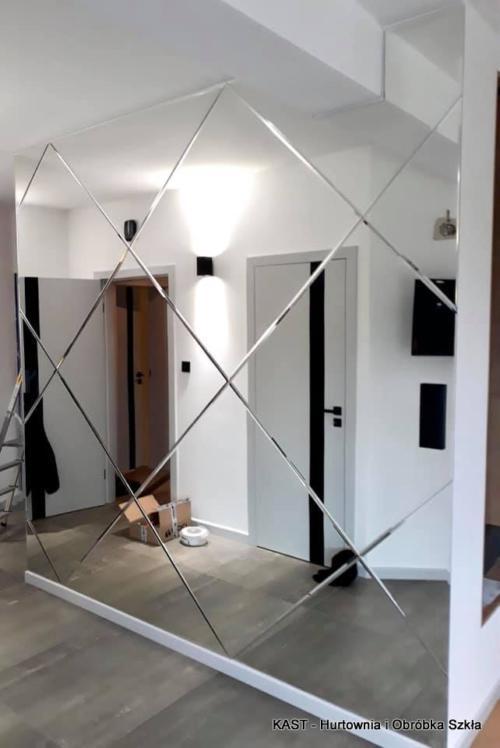 lustra fazowane w formie układanki na ścianie